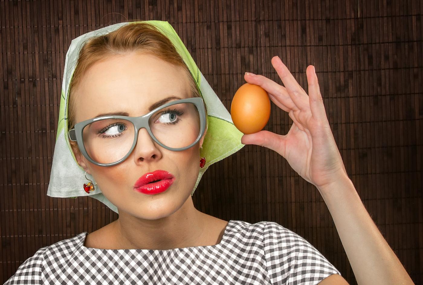 Яички в руке девушки, Русская красотка сжимает в руках мужские яйца и дает 12 фотография
